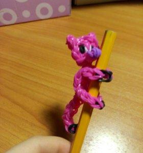 Кошка из резиночек розовая