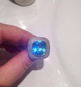 Золотое кольцо с голубым топазом и с бриллиантами