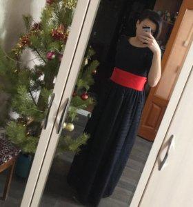 Платье чёрное в горох с красным поясом