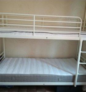 двухярусная кровать+ 2 матраса в отличном состояни