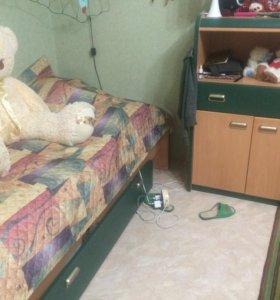 Кровать , комод