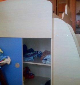 Кровать (столик,место для игрушек и комод)