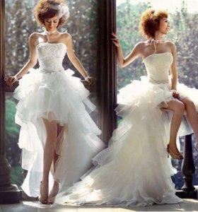Короткое пышное свадебное платье со шлейфом