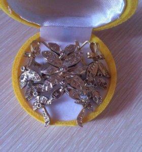 Комплект из золота с бриллиантами.