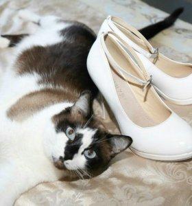 Туфли белые лакированные