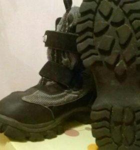Продаются ботинки.