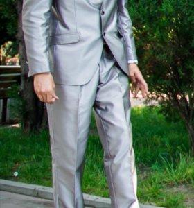 Мужской костюм стального цвета