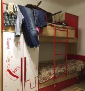 Продам детскую двухъярусную кровать и шкаф