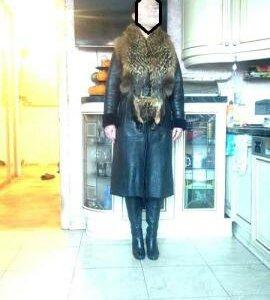 Кожаное зимнее пальто с воротником из енота.