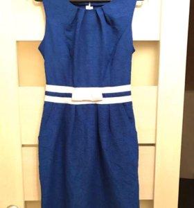 Синее платье с карманами выше колен