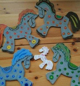 Игрушки, лошадь, дерево