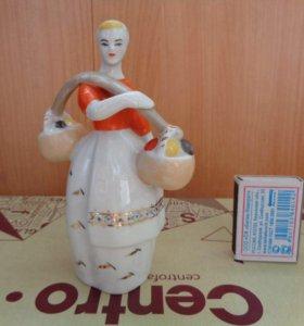Статуэтка фарфор девушка с коромыслом ссср
