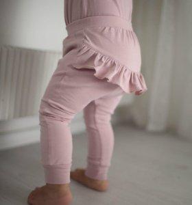 Костюм пудрового цвета : боди и штанишки с рюшами.
