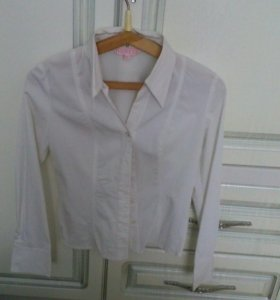 Рубашки белая и черная