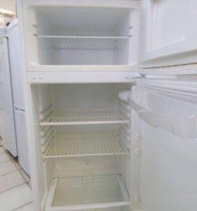 Двухкамерный холодильник Indesit.