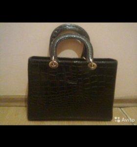 Чёрная лакированная сумка