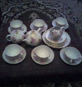 Чайный сервиз и чайные чашки блюдцем