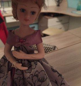 Фарфоровая кукла на подставке.