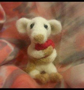 Мышка малышка с сердцем.