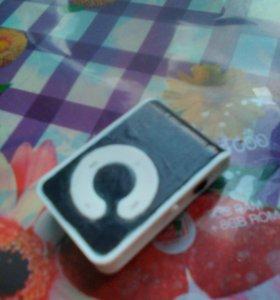 Плеер с наушниками и картой памяти на 8 Гигов