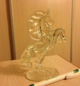 Конь стекло