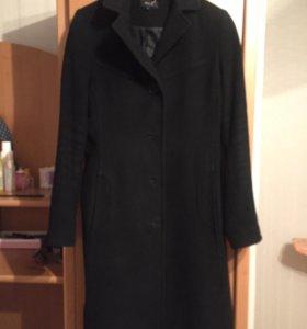 Чёрное классическое пальто.