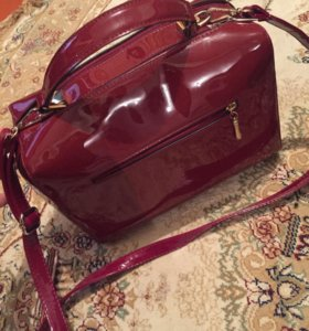Бордовая лаковая сумка