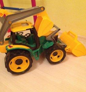 Почти новый трактор , очень большой
