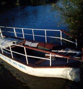 Гостевой домик на берегу реки с прогулочным корабл