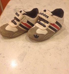 Фирменные кроссовки Adidas в хорошем состоянии.