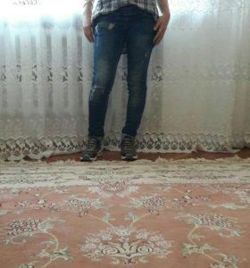 Красовки, джинсы, рубашка.
