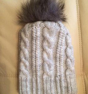 Вязаная серая шапка с помпоном зимняя