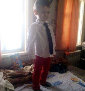 Рубашка с галстуком и джинсы