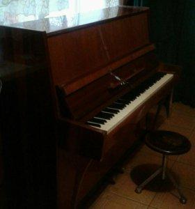 Пианино и стул