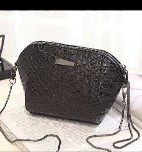 Черная сумка с цепочкой.