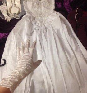 Свадебное платье, перчатки, фата, украшения