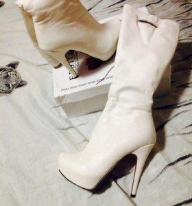 Женские сапоги на каблуке.