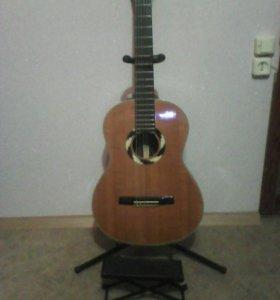 Гитара  Hohner с подставками для ноги и гитары.