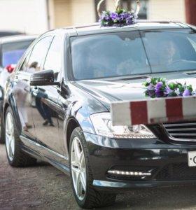 Свадебные кольца и лента из цветов на машину