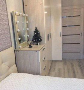 Шкаф в спальню с гримерным зеркалом