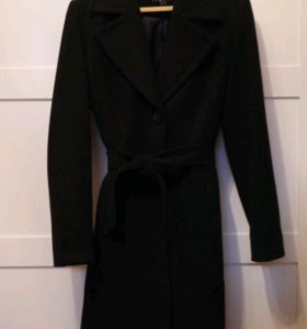 Черное классическое пальто.