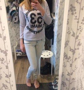 Стильные джинсы и кофта.