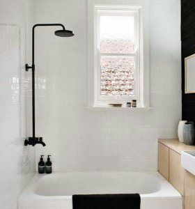 Слесарь и установка в ванн