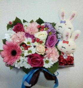 Коробочка с живыми цветами и игрушками
