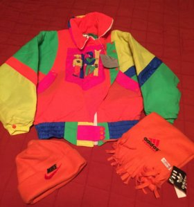 Яркая куртка и комплект шарф+шапка