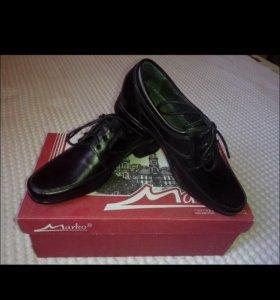Новые школьные туфли.