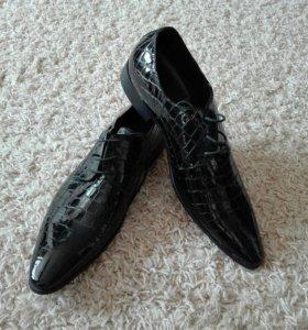 Туфли мужские под крокодиловую кожу лакированные