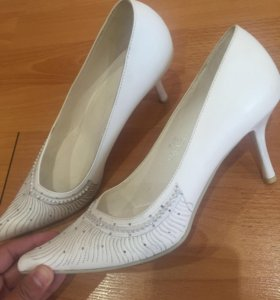 Красивые белые туфли