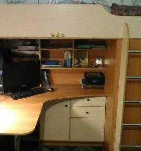 Кровать - чердак, шкаф справа от лестницы.