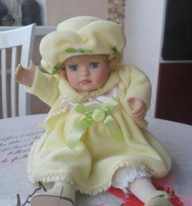 Фарфоровая музыкальная кукла